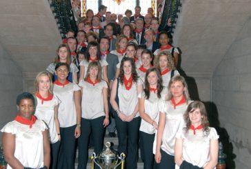 Beriáin entrega a Itxako el trofeo al Mejor Equipo Navarro