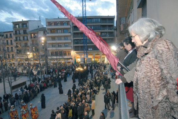 Miles de personas siguieron  la procesión del Santo Entierro en Estella