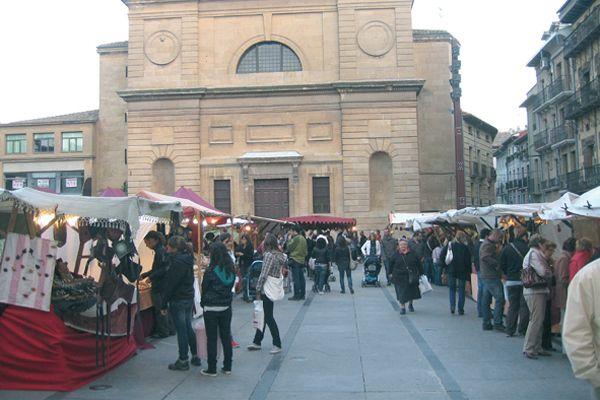 La plaza de los Fueros acogió el Mercado del Peregrino