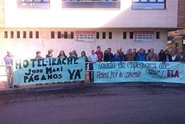 Los trabajadores del Hotel Irache se concentraron para exigir su deuda