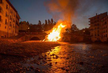 La hoguera iluminó la noche de San Pedro en El Recial