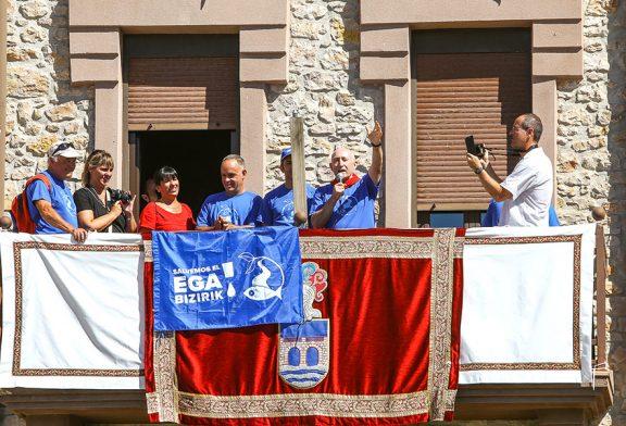 Felipe Ajona, de Salvemos el Ega, lanzó el cohete en Murieta