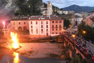 La hoguera encendió las fiestas del barrio de San Pedro