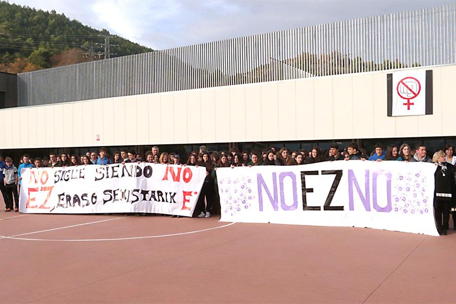 Alumnos y profesores del IES Tierra Estella se concentraron para decir alto y claro que el 'No sigue siendo No'.
