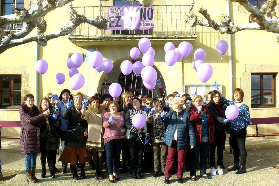 Vecinas de Arellano se concentraron para manifestar su oposición a la violencia de género con globos morados.