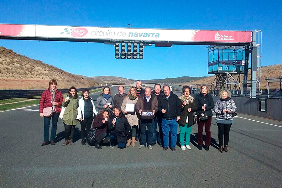 Usuarios del centro Ordoiz entregaron en Los Arcos chapas y broches y visitaron por sorpresa el circuito.