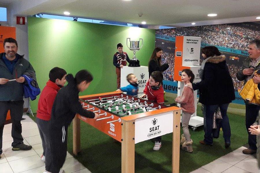 La Copa del Rey visitó el concesionario Auto Ega de Estella