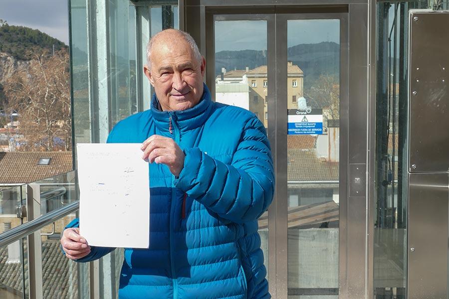 Los vecinos de Zalatambor piden con firmas el arreglo definitivo del ascensor de San Pedro