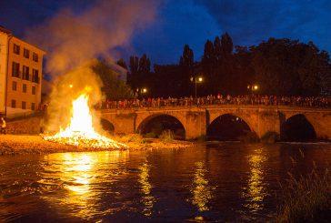 La hoguera inauguró un completo programa en las fiestas de San Pedro