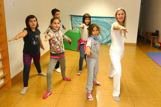 """PRIMER PLANO – Loreto Jordana – Profesora de Yoga – """"Compartir la práctica con niños es un placer y un aprendizaje continuo"""""""