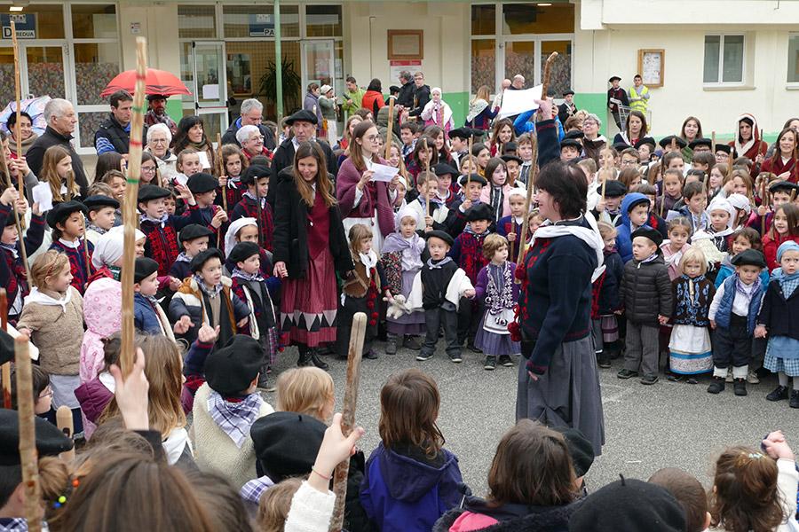 Los escolares cantaron a Santa Águeda