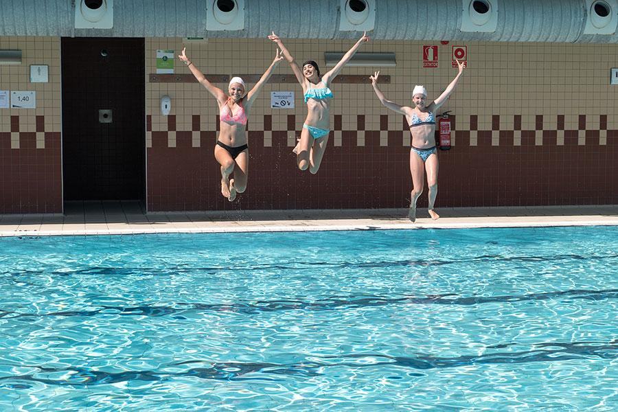 Primeros chapuzones en las piscinas municipales
